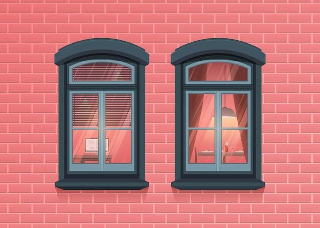 Vista de dois quadros de janelas na parede de tijolo rosa casa