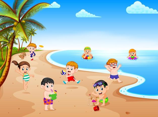 Vista de verão com um grupo de crianças brincando e nadando na praia no dia ensolarado