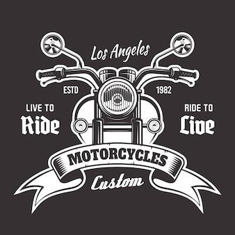 Vista frontal da motocicleta com emblema vintage com fita e texto de exemplo em fundo escuro