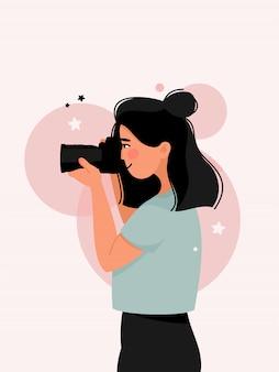 Vista lateral de fotografias de mulher com uma câmera