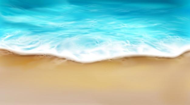 Vista superior da onda do mar com espuma espirrando na praia