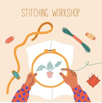 Vista superior das mãos de uma criança bordar uma flor, fios na mesa, agulhas de costura, oficina criativa, aula de artesanato.