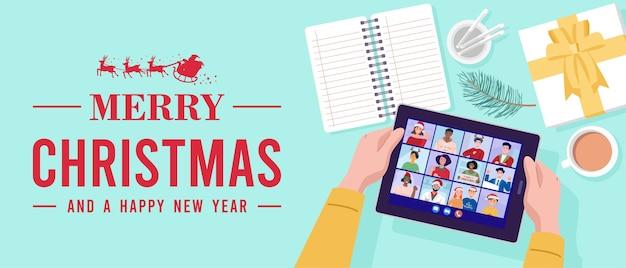 Vista superior de um homem tendo uma videoconferência no tablet com seus amigos no feriado de natal.