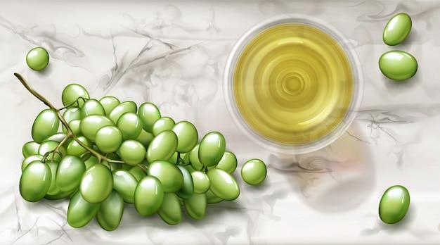 Vista superior de vidro com vinho branco e banner de uvas