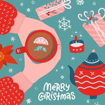 Vista superior do embrulho de presentes de natal. caixas de presentes decoradas em uma mesa com as mãos segurando uma xícara de chá.