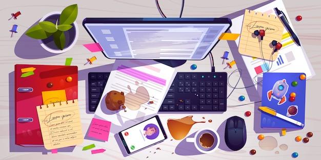 Vista superior do local de trabalho bagunçado, mesa de escritório bagunçada, espaço de trabalho com café derramado na bagunça