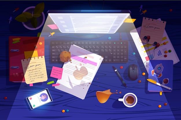 Vista superior do local de trabalho noturno bagunçado, mesa de escritório bagunçada, espaço de trabalho com bagunça, café derramado, muffin desintegrado e documento ao redor do monitor brilhante do pc