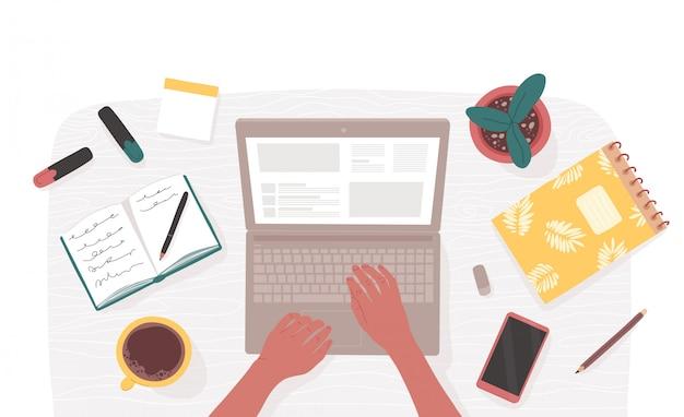 Vista superior dos braços da mulher digitando no laptop