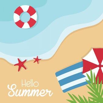 Vista superior férias de verão. resto da praia. hora de viajar mar, ondas, areia e guarda-chuva, palma