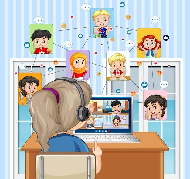 Vista traseira da garota olhando para o computador para videoconferência com amigos