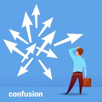 Vista traseira, empresário, pensando, confusão, negócio, escolhendo, direção, financeiro, conceito, ligado, azul, fundo, apartamento