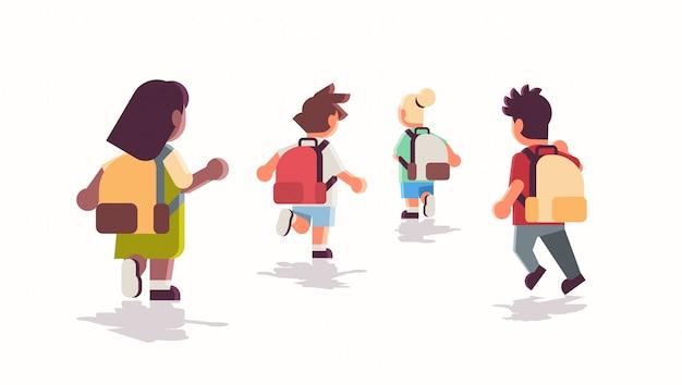 Vista traseira, grupo crianças escola, com, mochilas, executando, volta, para, educação escolar, conceito, mistura, raça, macho, pupilas femininas, apartamento, comprimento cheio, horizontal