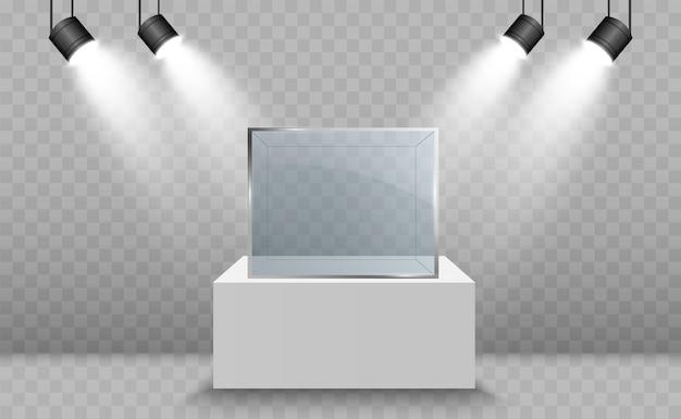 Vitrine de vidro para a exposição em forma de cubo iluminado por holofotes. publicidade isolada da caixa de vidro do museu.