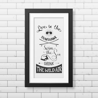 Viva o sol, nade o mar, beba o ar selvagem - cite o fundo tipográfico no quadro preto quadrado realista, isolado no fundo branco.