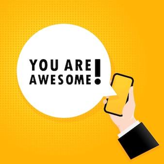Você é demais. smartphone com um texto de bolha. cartaz com o texto você é incrível. estilo retrô em quadrinhos. bolha do discurso do app do telefone.