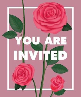 Você está convidado lettering com rosas no quadro sobre fundo roxo.