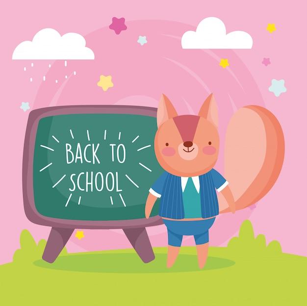 Volta ao esquilo de educação escolar com uniforme e lousa