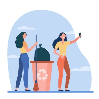 Voluntários felizes catando lixo e tirando selfie. mulheres com vassoura, lata de lixo, reciclagem de ilustração vetorial plana. redução de resíduos, voluntariado