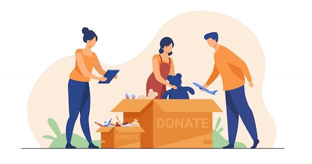 Voluntários que embalam caixas de doação