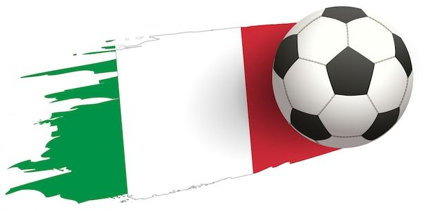 Vôo de ataque de bola de futebol contra o fundo da bandeira da itália