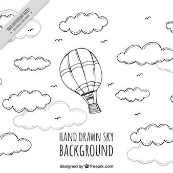 Vôo de balão desenhado mão entre nuvens fundo
