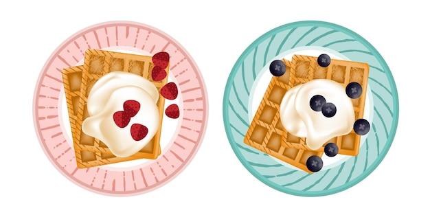 Waffle delicioso com morango e mirtilo no café da manhã
