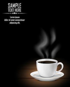 Xícara de café com fumaça na mesa de madeira escura
