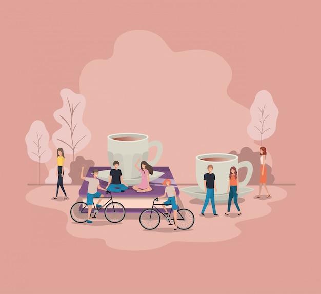 Xícara de café com lâmpada e mini pessoas