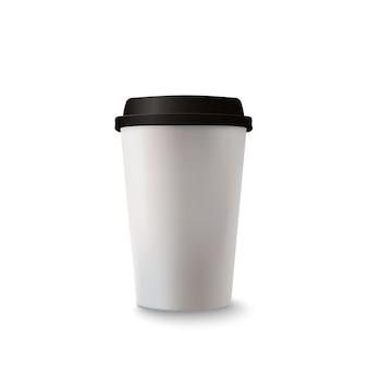 Xícara de café de papel realista no fundo branco