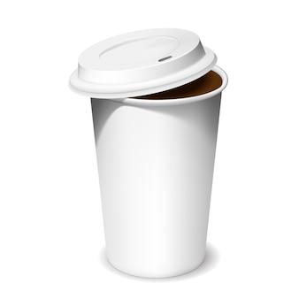 Xícara de café de plástico com tampa aberta nas sombras