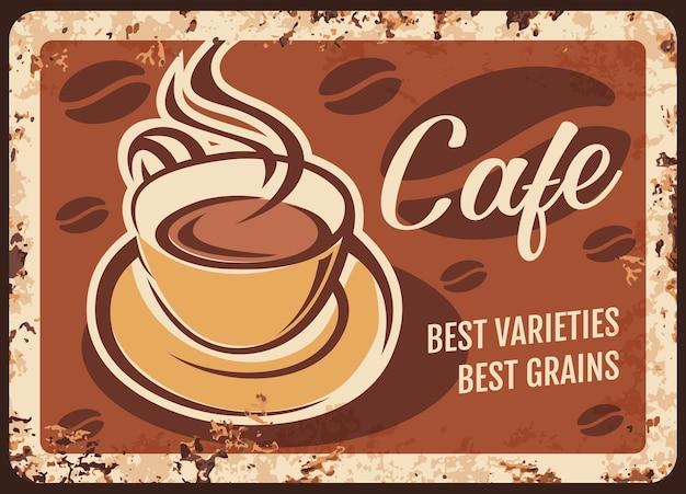 Xícara de café fumegante com bebida fresca e placa de metal enferrujada a vapor