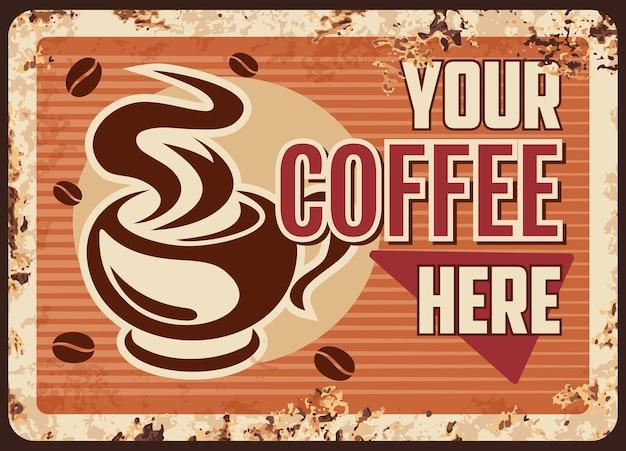 Xícara de café fumegante com bebida quente em caneca com placa de metal enferrujada a vapor