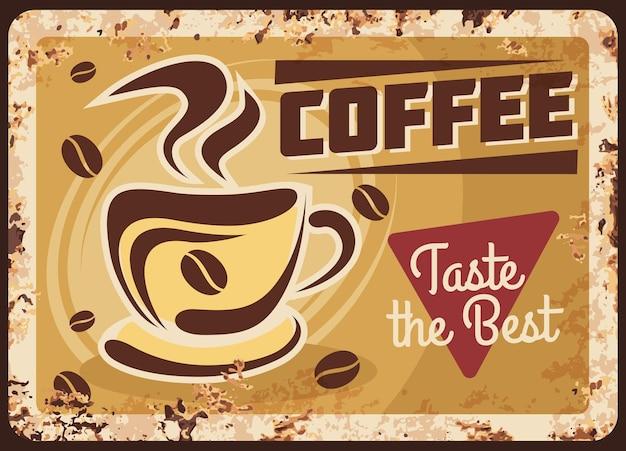 Xícara de café fumegante com feijão, placa de metal enferrujada de bebida quente fresca.