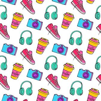 Xícara de café para viagem, câmera, tênis e fones de ouvido padrão sem emenda doodle desenho de mão.