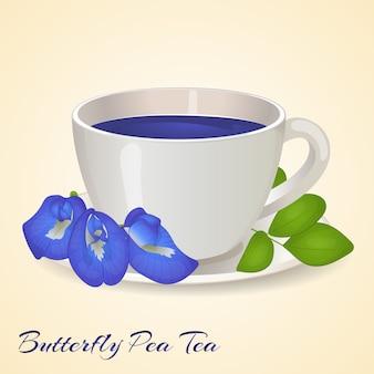 Xícara de chá azul com borboleta ervilha flores e folhas