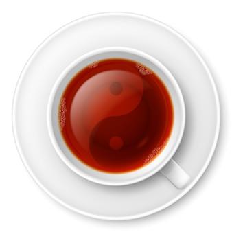 Xícara de chá preto com o símbolo tradicional do yin-yang chinês