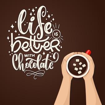 Xícara de chocolate quente com vista superior do marshmallow. letras de mão a vida é melhor com chocolate. mãos femininas segurando xícaras de café. ilustração vetorial.