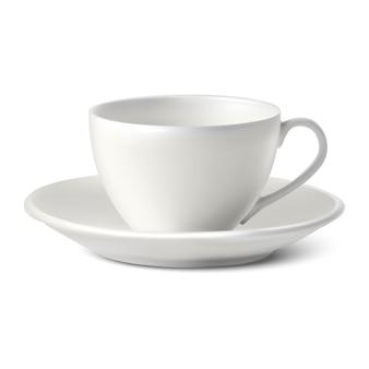 Xícara de porcelana branca com um prato no fundo branco.