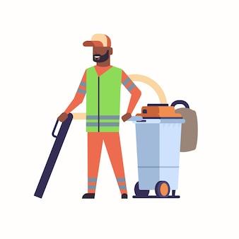 Zelador de rua masculino usando aspirador industrial homem afro-americano