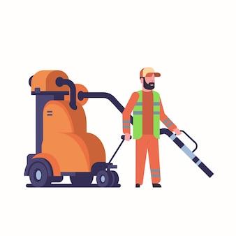 Zelador de rua masculino usando homem aspirador industrial
