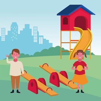 Zona de crianças, feliz menino e menina com gangorra de bola e playground de slides