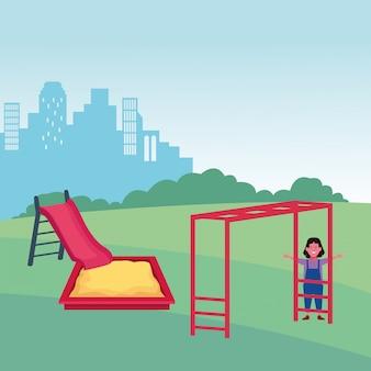 Zona de crianças, garota feliz com slide sandbox e playground de barras de macaco