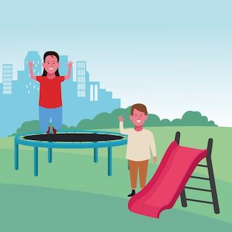 Zona de crianças, garota feliz pulando trampolim e menino com playground de slides