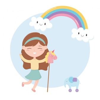 Zona de crianças, menina bonitinha com cavalo e elefante com brinquedos