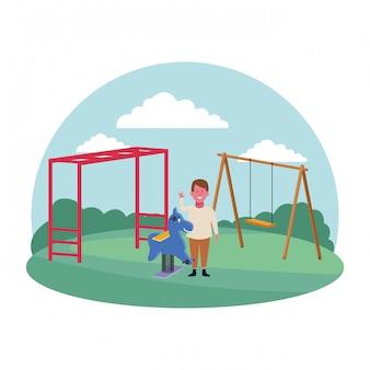 Zona de crianças, menino, acenando a mão com cavalo primavera e playground de balanço