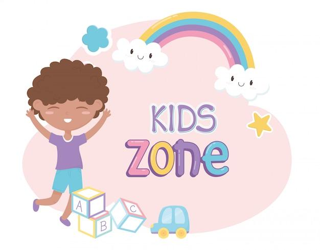 Zona de crianças, menino bonitinho brinquedos blocos carro plástico dos desenhos animados