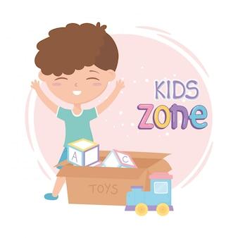Zona de crianças, menino bonitinho com brinquedos de caixa cheia
