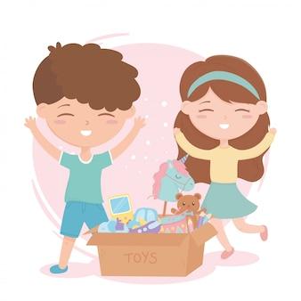 Zona de crianças, menino bonitinho e menina com caixa de papelão de brinquedos