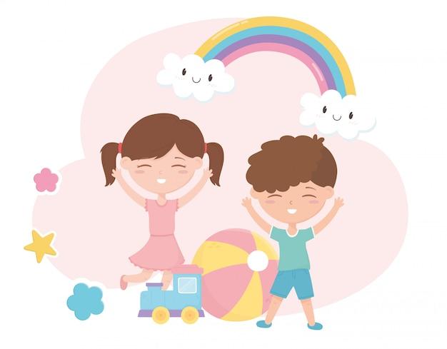 Zona de crianças, menino bonitinho e menina treinam bola brinquedos dos desenhos animados