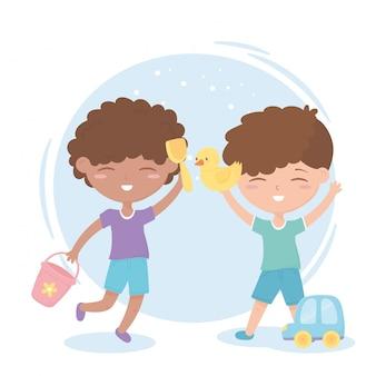 Zona de crianças, meninos bonitos brincando com brinquedos de pato e carro